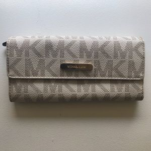 Micheal Kors Jet Set Travel Wallet White